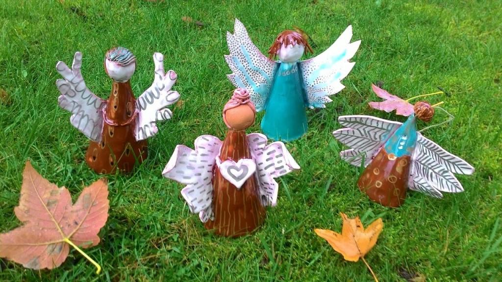 Gimnazijos kiemelyje nusileido keramikiniai angelai