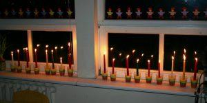Vėl žvakių liepsnelės languose